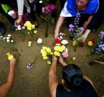 Familiares y amigos del estudiante de secundaria Chester Chavarría colocan flores sobre su tumba en Managua, Nicaragua. Foto: AP