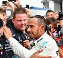 HOCKENHEIM, Alemania.- Hamilton celebra con su equipo el titulo logrado. Foto: AFP