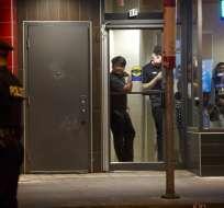 Un hombre de 29 años abrió fuego el domingo en la noche y sembró el caos en barrio griego. Foto: AFP