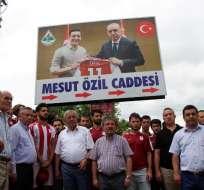 ZONGULDAK, Turquía.- Cientos de habitantes de ese país han respaldado la decisión de Ozil. Foto: AFP