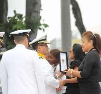 GUAYAQUIL, Ecuador.- Autoridades entregaron preseas póstumas a los familiares de las víctimas de la frontera norte. Foto: API