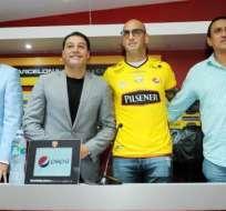 GUAYAQUIL, Ecuador.- Ariel Nahuelpán junto a José Cevallos, Carlos Alfaro Moreno y Manuel Uquillas. Foto: benditofutbol.com
