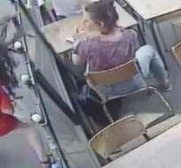 La agresión del hombre quedó registrada en la cámara de seguridad del café. Foto: MARIE LAGUERRE/CAFE VIDEO