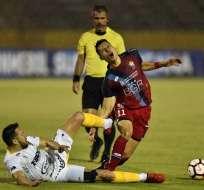 QUITO, Ecuador.- Fabert Balda de El Nacional (de pie) compite por el balón contra Jonás Gutiérrez. Foto: AFP