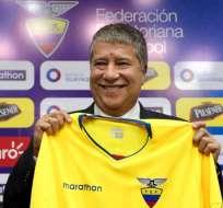 GUAYAQUIL, Ecuador.- Hernán Darío Gómez mostrando la camiseta de la selección que le fue obsequiada. Foto: FEF