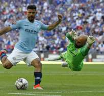 LONDRES, Reino Unido.- El delantero argentino Agüero rodea al portero del Chelsea para disparar un gol. Foto: AFP