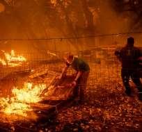 Más de 14.000 bomberos combaten las llamas en 16 incendios desperdigados. Foto: AFP