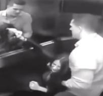 PARANÁ, Brasil.- Tatiane Spitzner trata de defenderse de su esposo dentro de un elevador. Foto: Captura.