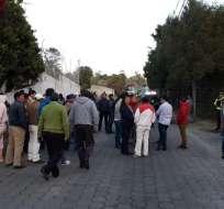 Grupo de taxistas protestan afuera de la casa de Rodas.
