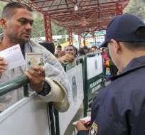 La medida de exigir pasaporte entra en rigor el sábado 18. Foto: AFP