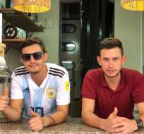 Albert Nalabamchian Delgado y Ángel Zambrano Parra, en un local de hamburguesas del centro de Guayaquil. Foto: ecuavisa.com