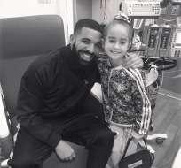 Drake posa con Sofía Sánchez en el Hospital de Niños Lurie en Chicago. Foto: AP