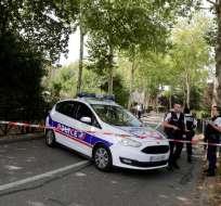 Policías franceses custodian el lugar donde se perpetró un ataque con arma blanca, en París. Foto: AFP
