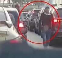 Guayaquil: cámaras registran robo en calle Julián Coronel. Foto: captura de video