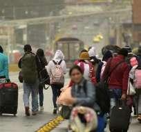 QUITO, Ecuador.- Migrantes venezolanos se trasladan con sus pertenencias alrededor del carretera Panamericana. Foto: AFP.