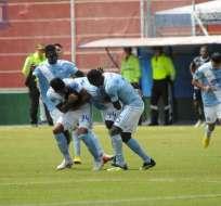 AMBATO, Ecuador.- Los jugadores de Emelec celebran el gol del empate en el estadio Bellavista. Foto: API