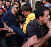 Imágenes de TV mostraban el momento en que el político era atacado antes de ser evacuado. Foto: liberapensado