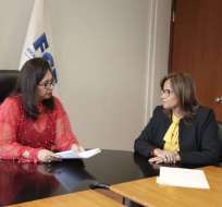 QUITO, Ecuador.- La titular del Legislativo entregó a la fiscal subrogante la denuncia por cobros indebidos. Foto: Twitter