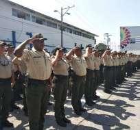GUAYAQUIL, Ecuador.- Policías se aprestan a cumplir con sus tareas. Foto: Twitter.com.