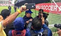 """El entrenador colombiano aseguró que los jóvenes """"creen que se lo sabe todo"""". Foto: Tomada de la @FEFecuador"""