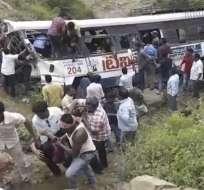 Al menos 50 muertos en India por un accidente de bus.