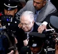 El sacerdote chileno Fernando Karadima rodeado por los medios mientras abandona el edificio de la Corte Suprema en Santiago.