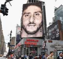 NUEVA YORK, EE.UU.- La imagen de Kaepernick aparece en varias ciudades de Norteamérica. Foto: AFP