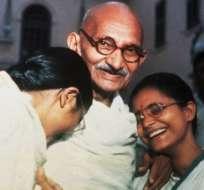 Gandhi con sus nietas Manu (izq.) y Abha (der.)