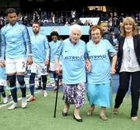 MÁNCHESTER, Reino Unido.- Vera Cohen acompañada de su hermana Olga Halon, caminaron a la cancha donde fueron homenajeadas.