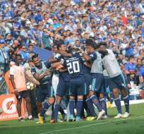 GUAYAQUIL, Ecuador.- El elenco de Emelec celebra el tercer gol anotado por Leandro Vega. Foto: API