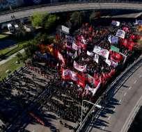 Como parte de una huelga nacional, los manifestantes bloquean una autopista principal en Buenos Aires, Argentina. Foto: AP