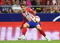 El delantero del Atlético Madrid recibió el regalo de parte de un aficionado. Foto: GABRIEL BOUYS / AFP