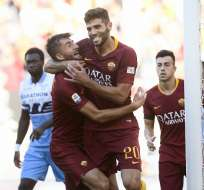 ROMA, Italia.- Federico Fazio (centro) celebra junto a sus compañeros el tercer gol de la Roma. Foto: AFP