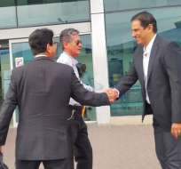 El presidente de Barcelona (d.) ratificó al uruguayo en el cargo de entrenador del club. Foto: Tomada de @barcelonaSC