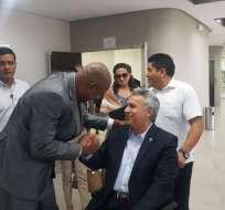 Antonio Rodríguez, rector encargado de la Universidad de Guayaquil, saludó con el presidente Lenín Moreno. Foto: API