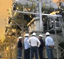 Personal técnico trabaja en la evaluación de la central hidroeléctrica. Foto: CELEC EP.
