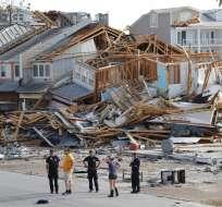 MEXICO BEACH, EE.UU.- Rescatistas buscan víctimas que podrían estar enterradas bajo los escombros. Foto: AP.