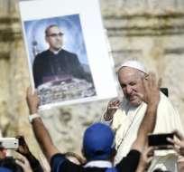 EL VATICANO.- Francisco vitoreado por los asistentes salvarodeños. Foto: AFP.