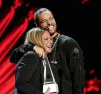 HOLLYWOOD, EE.UU.- Maluma recibió un sorpresivo beso en la boca durante los Latin American Music Awards. Foto: AFP.