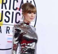Taylor Swift llega a la ceremonia de los American Music Awards en el Teatro Microsoft en Los Angeles. Foto: AP