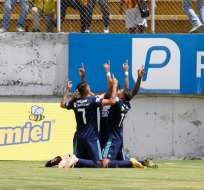 QUITO, Ecuador.- El elenco de Emelec celebra el gol de penal del 'Cuco' Angulo. Foto: API