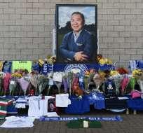 LEICESTER, Reino Unido.- Desde el sábado 27 de octubre, fanáticos acudieron al estadio a dejar ofrendas florales. Foto: AFP