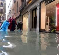 Turistas recorren una calle inundada en Venecia. Foto: AP