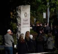 Los dolientes esperan en fila frente al templo de Rodef Shalom Foto: AFP
