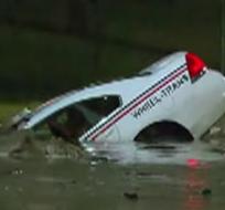 Vehículo es tragado por un socavón Foto: Captura de video