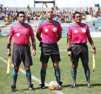 Omar Ponce (centro) fue severamente criticado por su actuación en el partido entre Aucas y Emelec. Foto: API