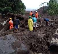 Rescatistas buscan sobrevivientes después de un deslizamiento de tierra Foto: AFP