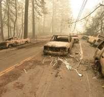 Decenas de coches y camionetas, algunas aparentemente intactas, están abandonadas en la vera de los caminos. Foto: AFP