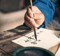 Durante la niñez los idiomas se adquieren, mientras que en la adultez es un tema más relacionado con el aprendizaje.