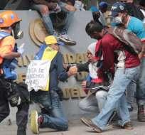 Los estudiantes debieron refugiarse por las lacrimógenas. Foto: Provea